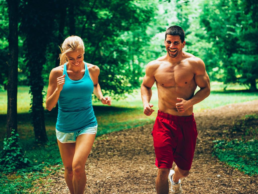 Фото парень с девушкой бегут