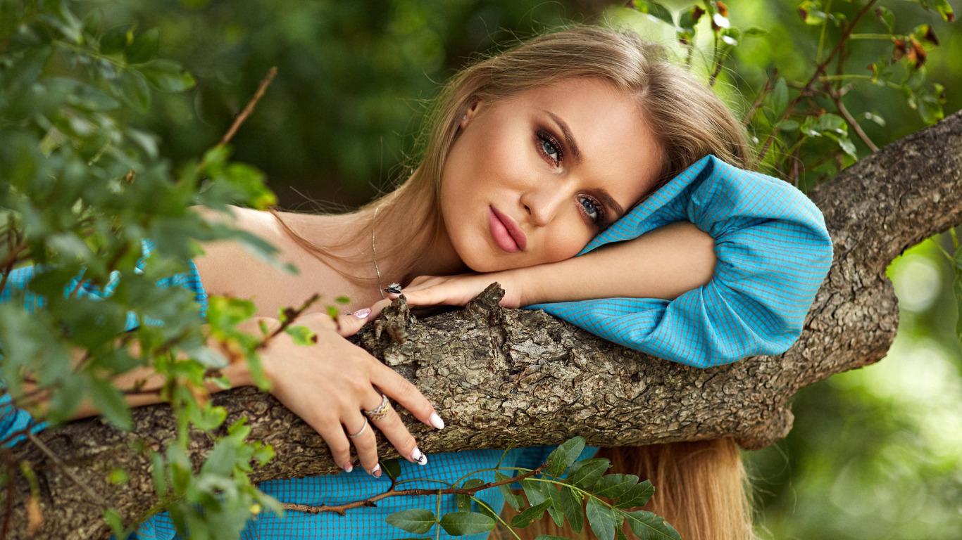 https://img5.goodfon.ru/original/1366x768/2/a6/boryagin-krasivaia-devushka-blondinka-poziruet-v-sinem-plate.jpg