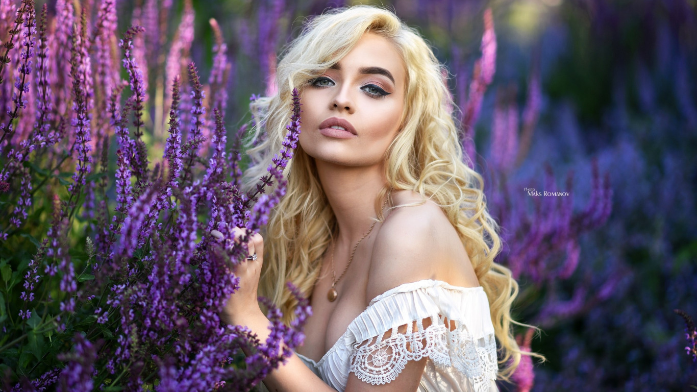 https://img5.goodfon.ru/original/1366x768/e/aa/maksim-romanov-krasotka-blondinka-model-poziruet-v-belom-pla.jpg