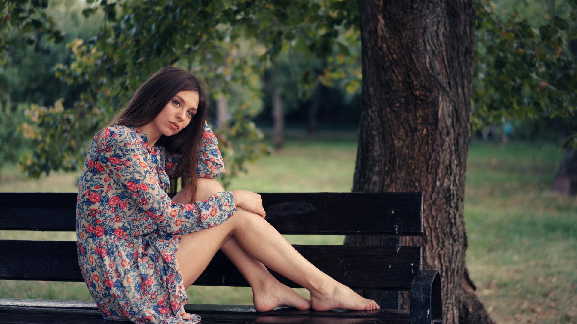 https://img5.goodfon.ru/original/1920x1080/5/a3/devushka-plate-nozhki-sidit-skameika-park-sergei-churnosov.jpg