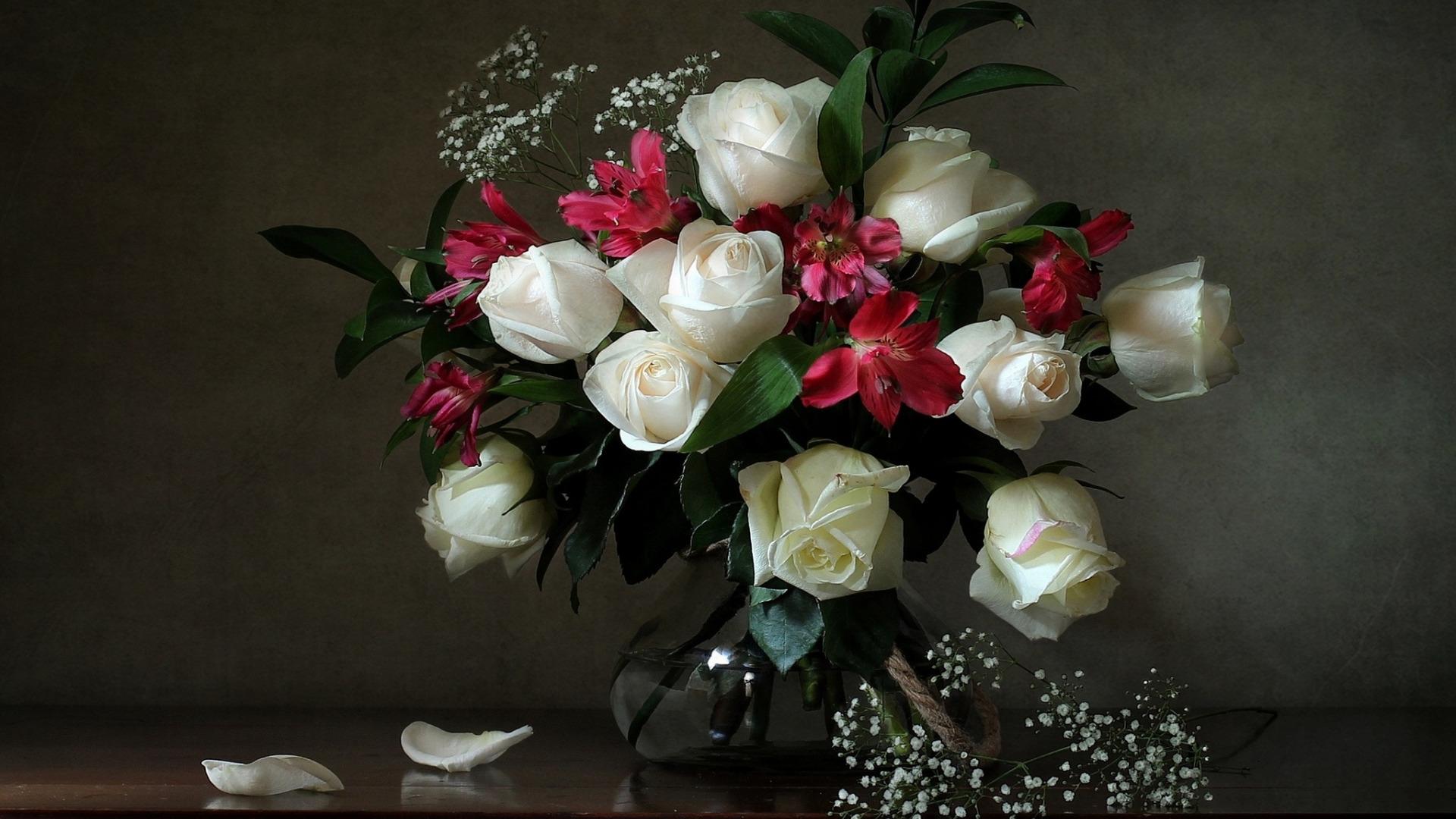 Букет роз на столе в вазе, цветов верея заказать