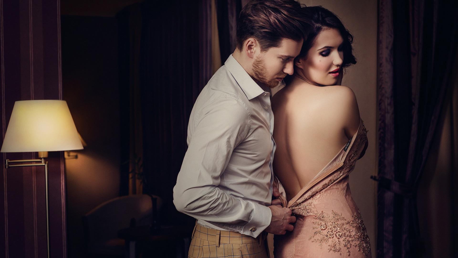 парень снимает платья у девушки том