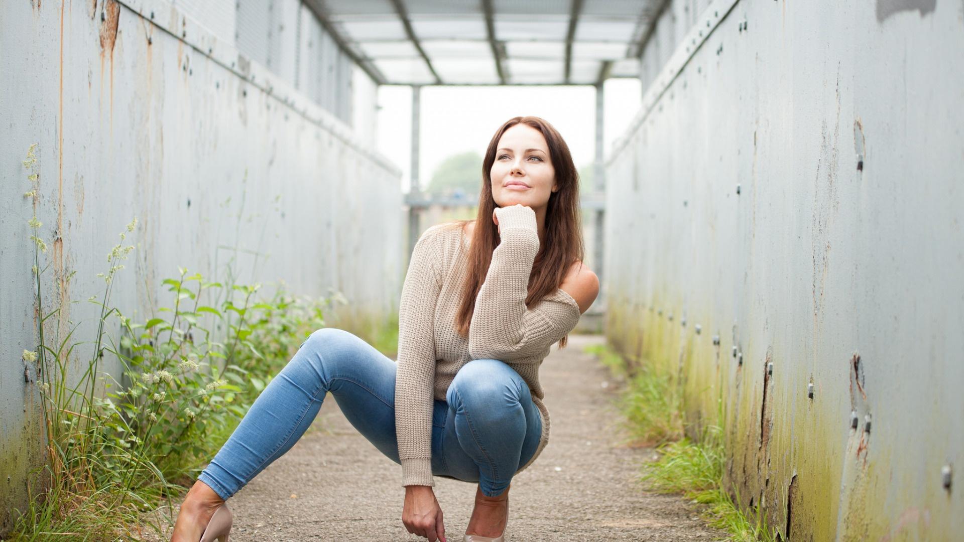 Белом фото девушки в джинсах сидя сексуальные фантазии смотреть