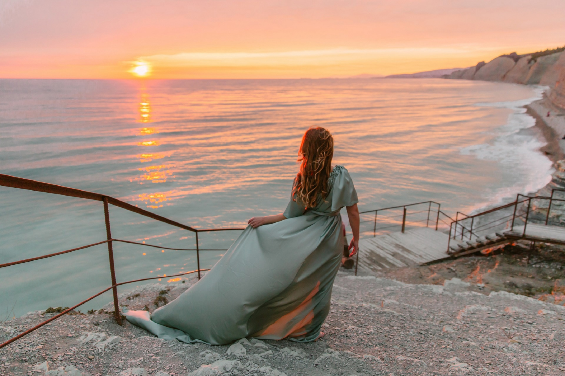 Картинка девушка ждущая у моря