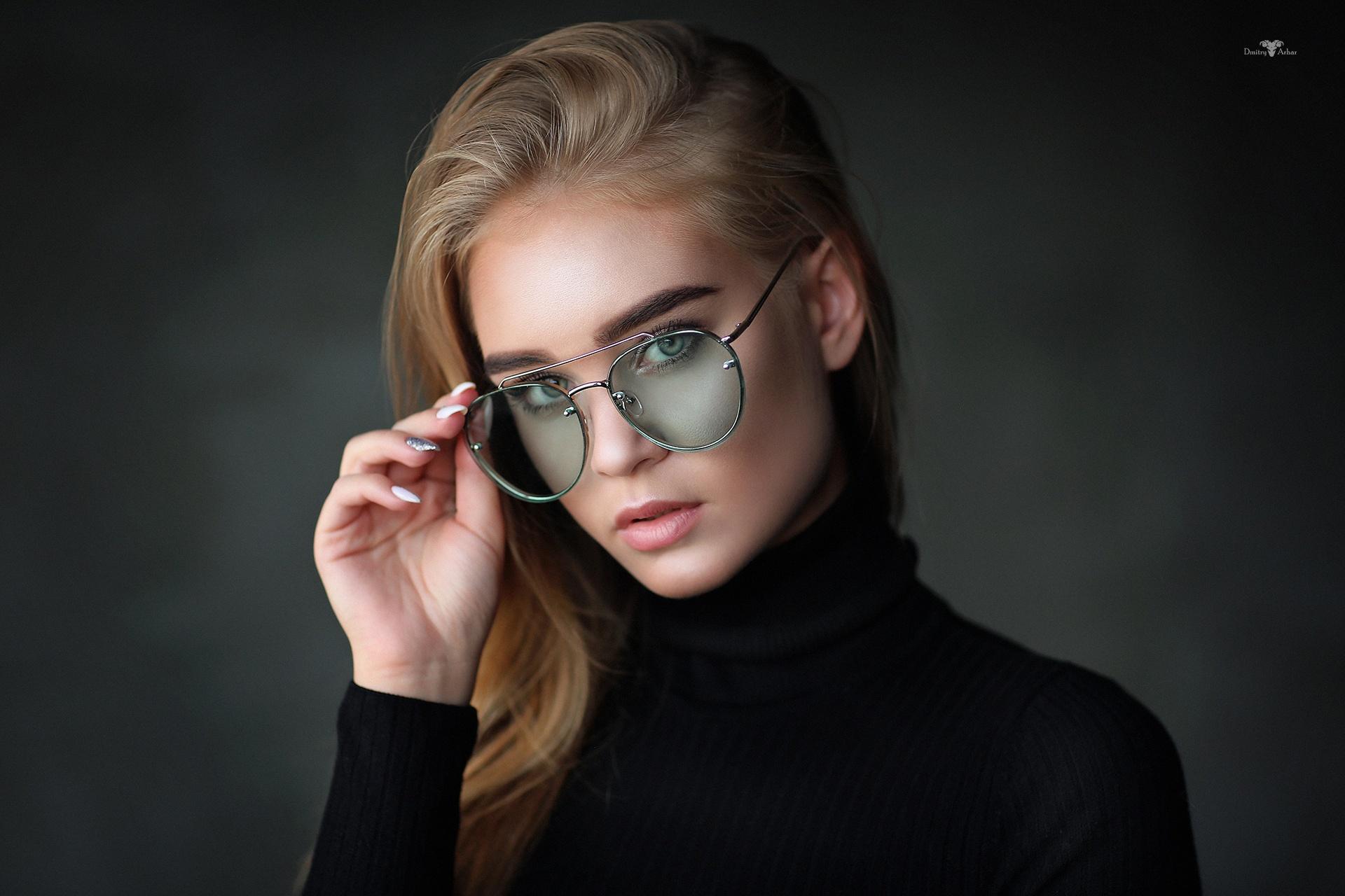 женственный фасон, фотомодели в очках край много