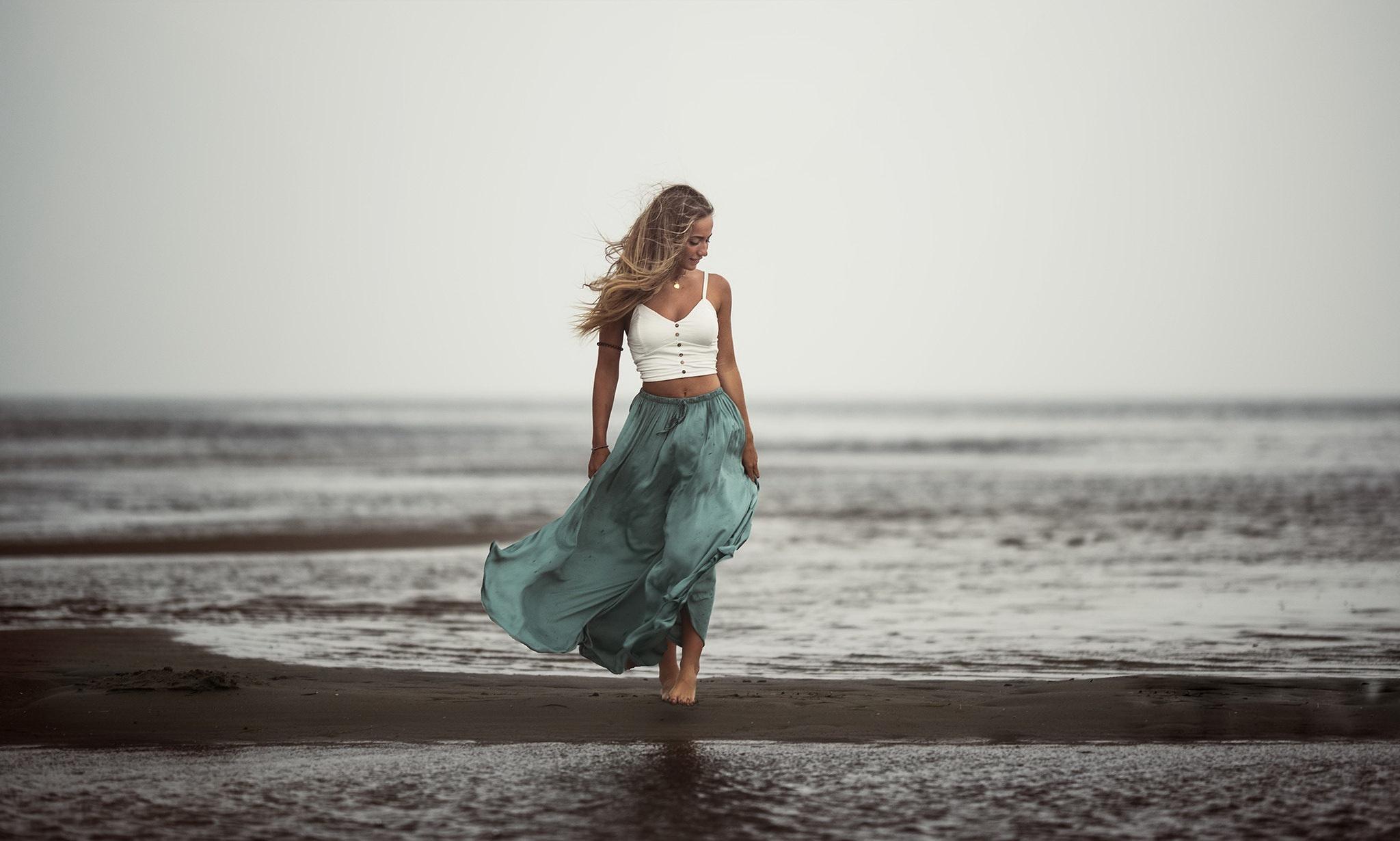 еще спрятана украинские девушки на берегу моря фото грудью