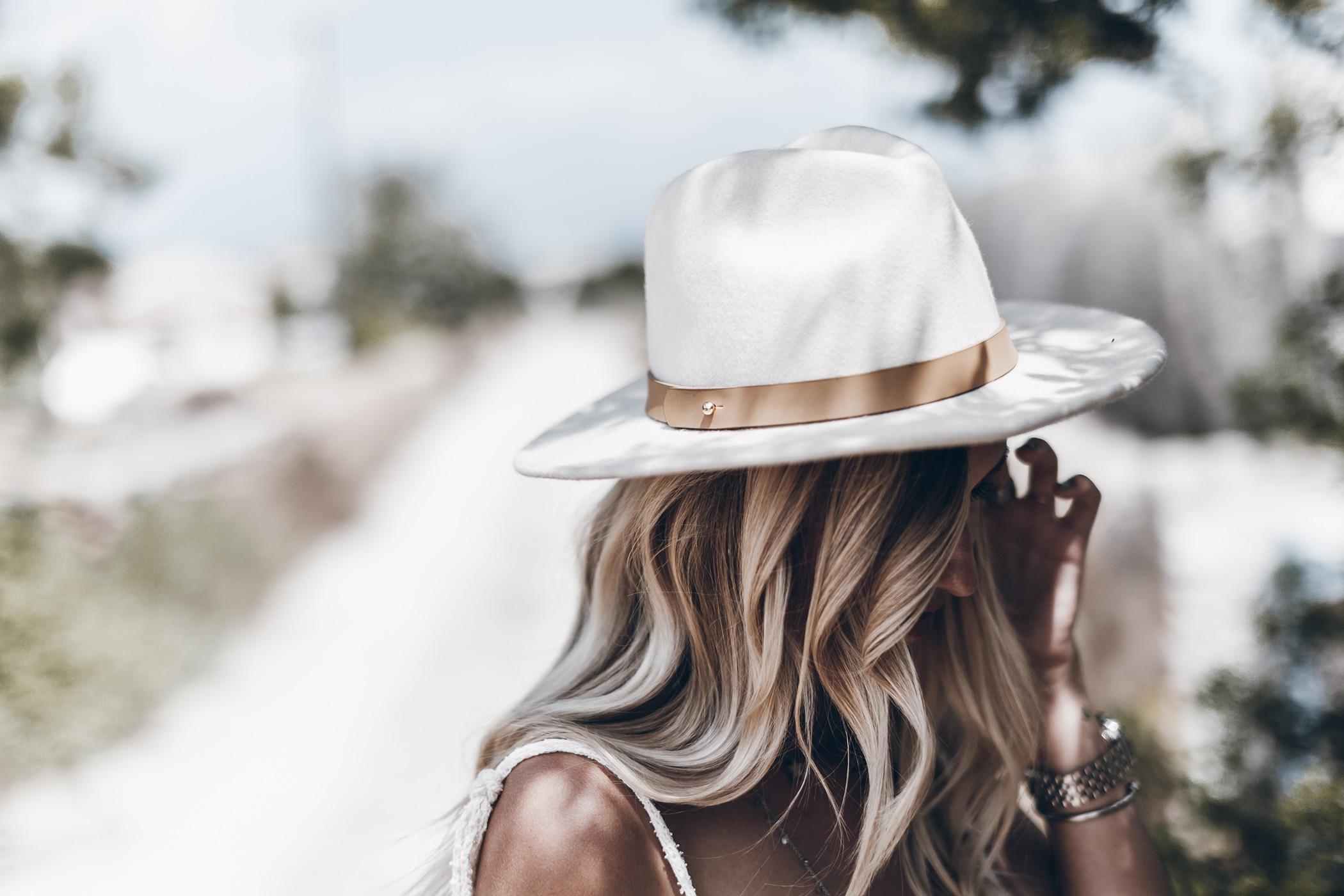 Девушки в шляпах со спины на аву