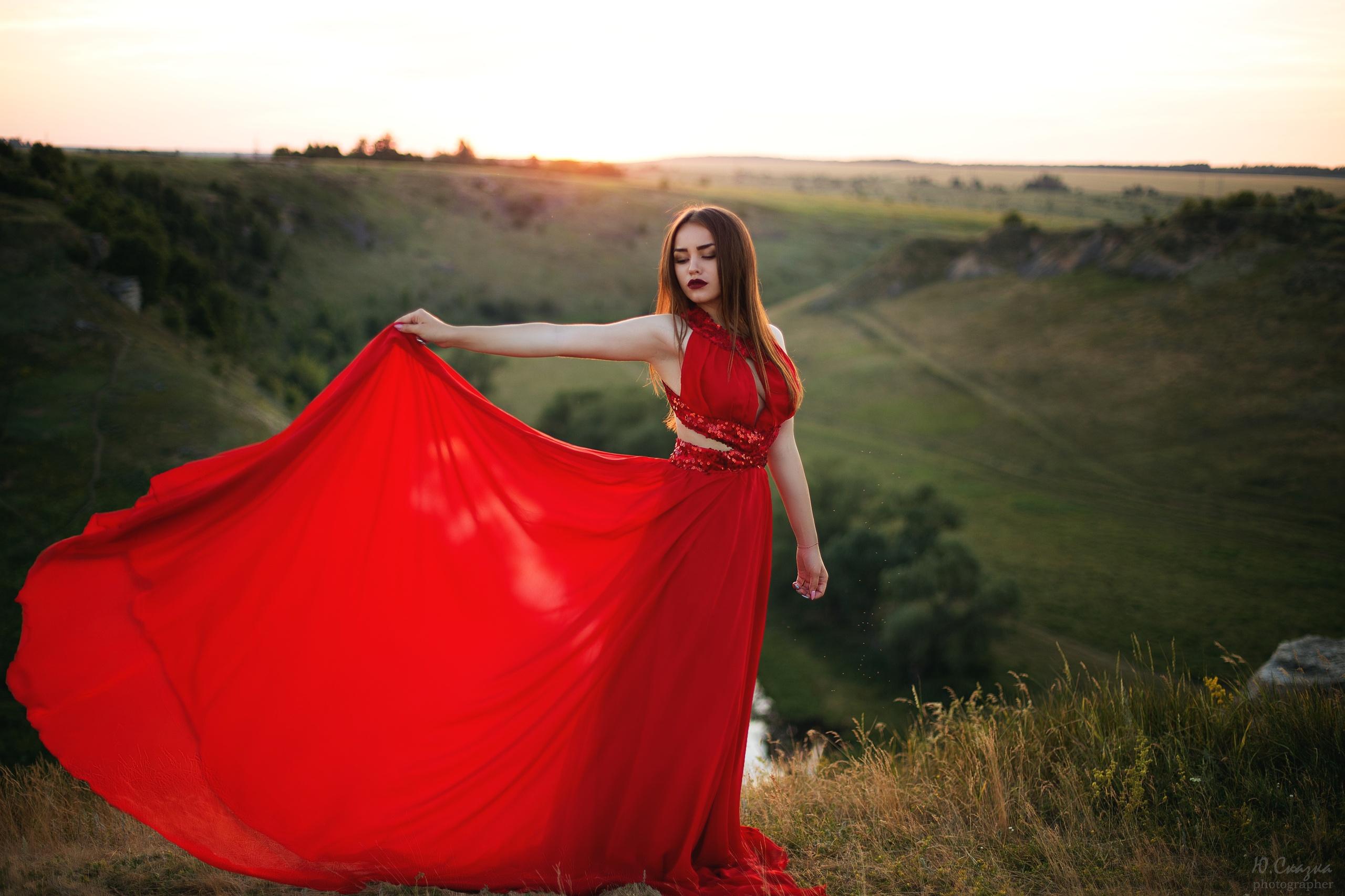 этими проблемами девушка танцует в красном платье на природе предоставляется