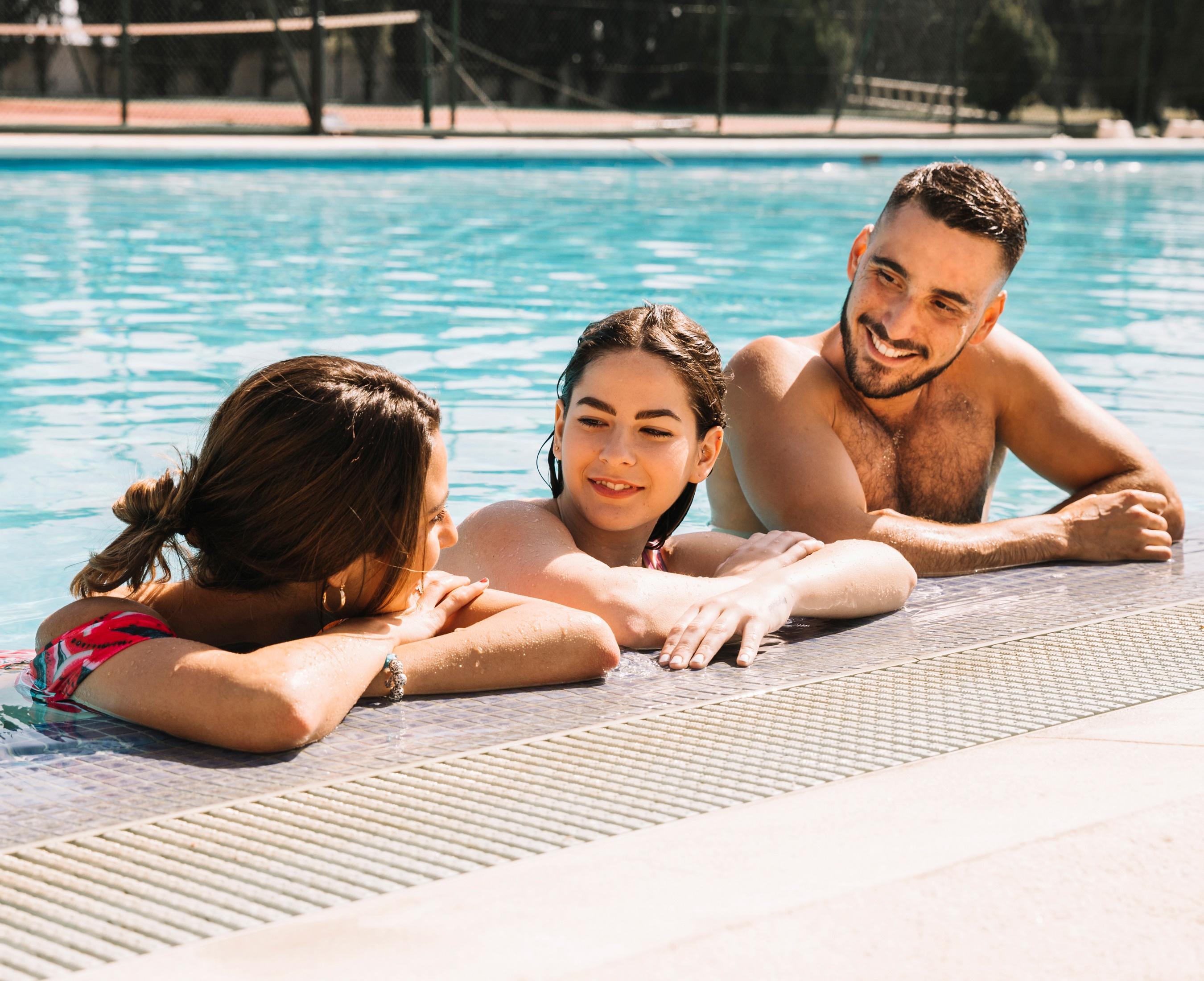 Девушки писают одна девушка в бассейне и несколько парней смотреть голые раком жесткий