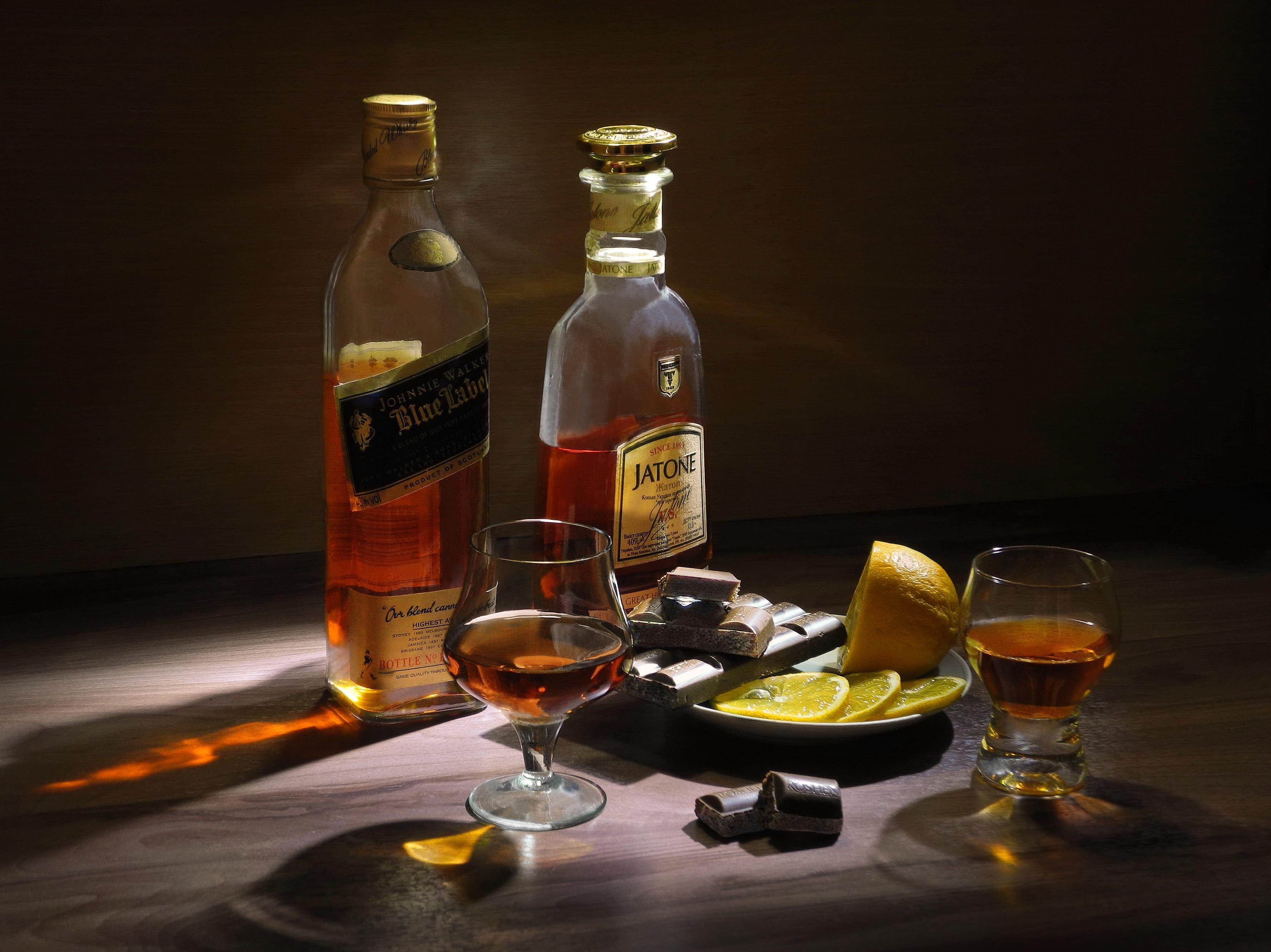 картинки с коньяком в бокалах на столе и едой одна типичная черта