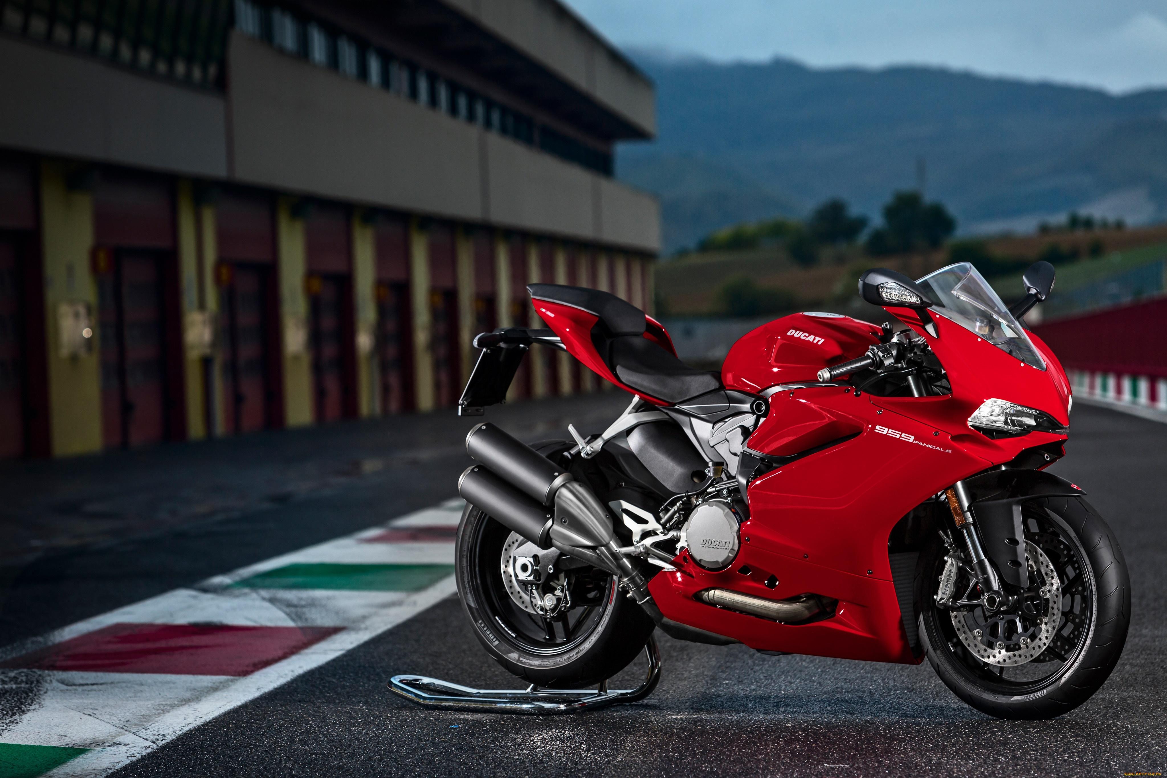 фото мотоциклист на красной дукати поздравление стихотворной