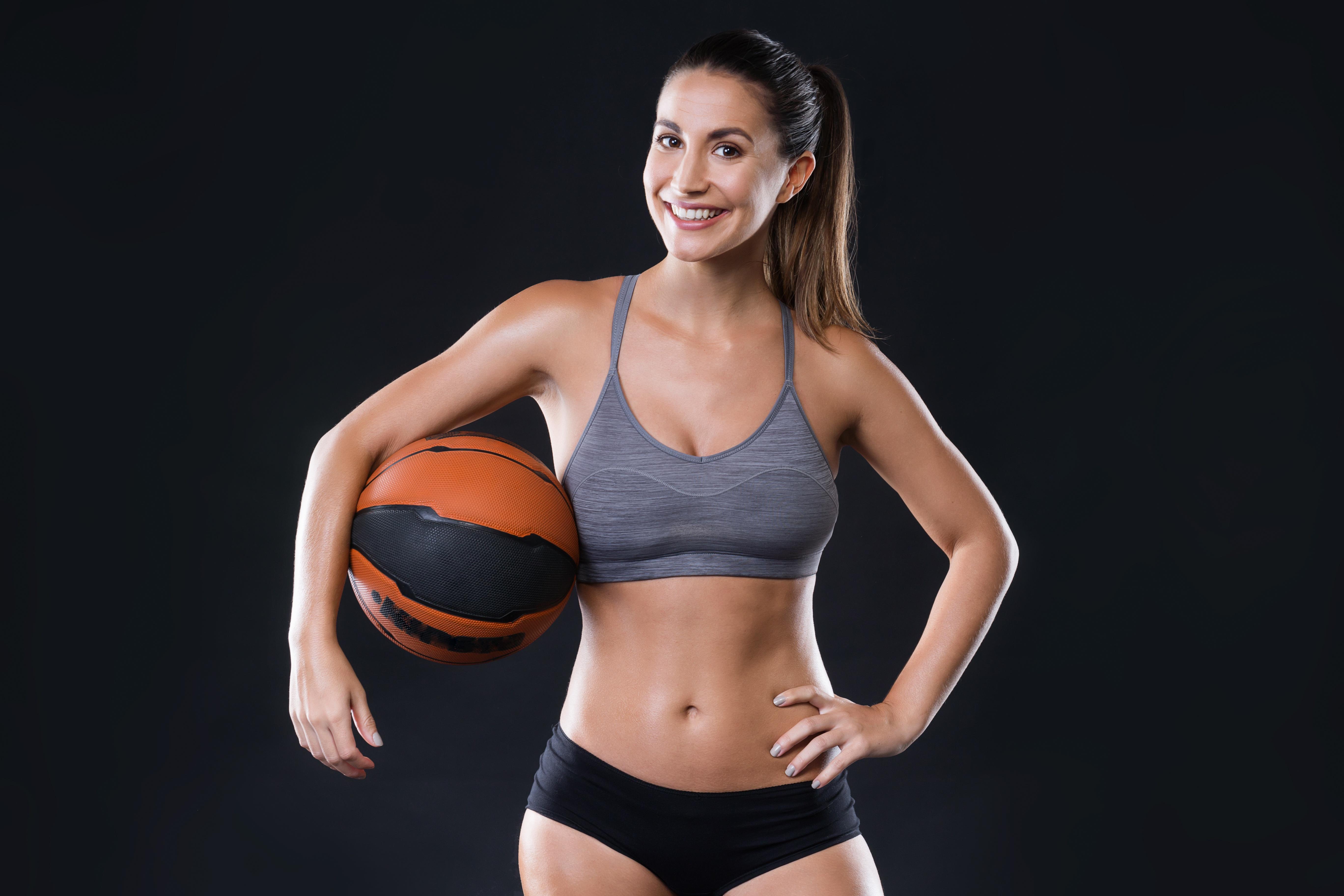Картинка спортсменки в баскетболе