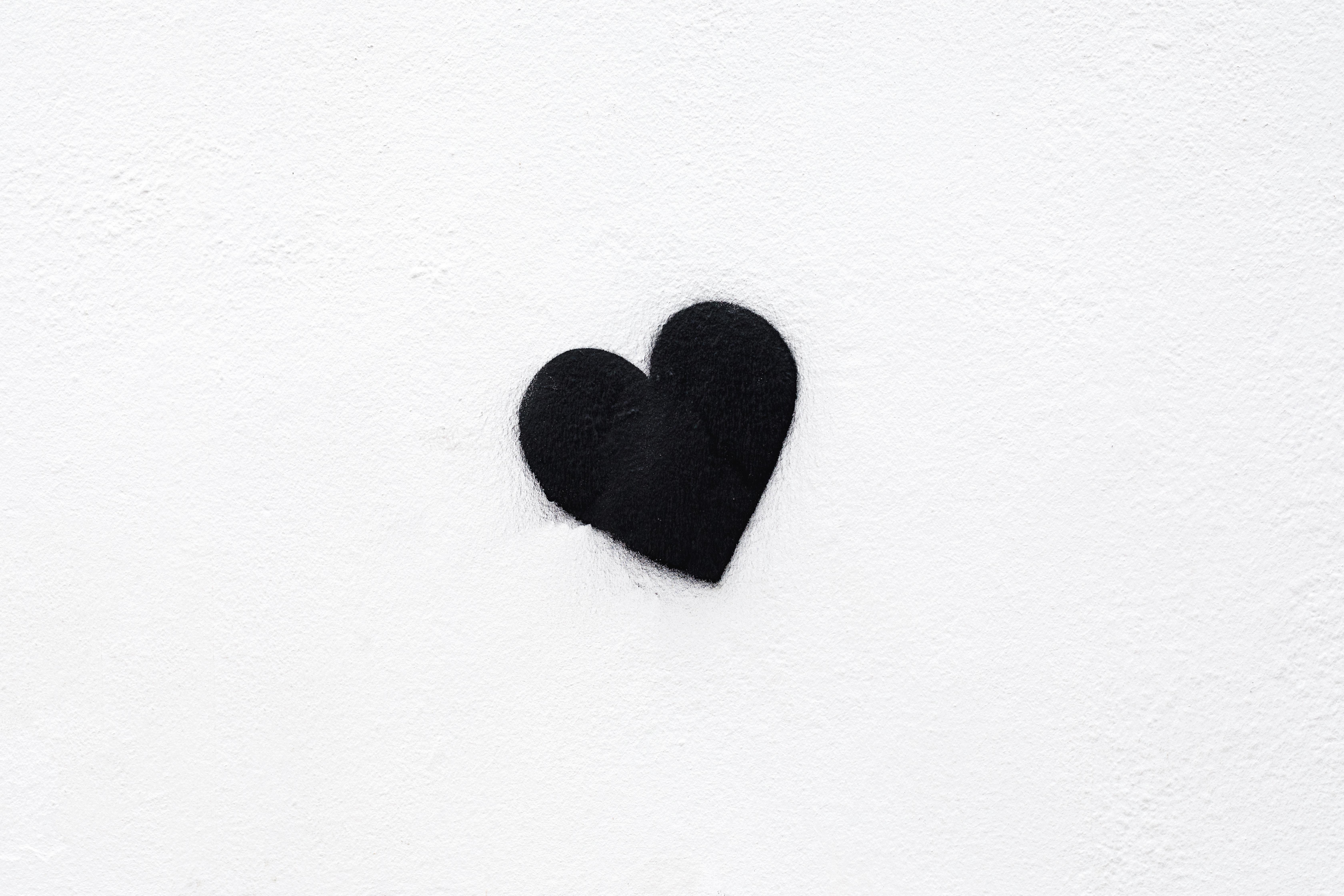 прикольные поздравления картинки с сердечком минимализм при вдумчивой
