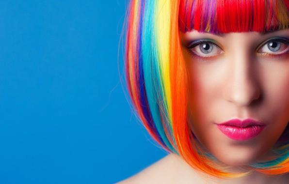 Картинка взгляд, лицо, красивая девушка, разноцветные волосы, яркий макияж, оригинальная прическа, светло-серые глаза, светло-голубой фон