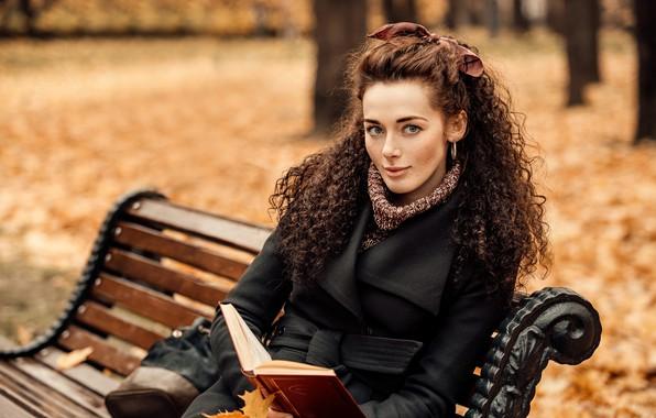 Картинка осень, взгляд, листья, деревья, скамейка, поза, улыбка, парк, модель, портрет, макияж, прическа, книга, шатенка, красотка, …