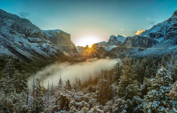 Картинка зима, иней, лес, небо, солнце, лучи, свет, снег, деревья, пейзаж, горы, туман, скалы, рассвет, склоны, ...