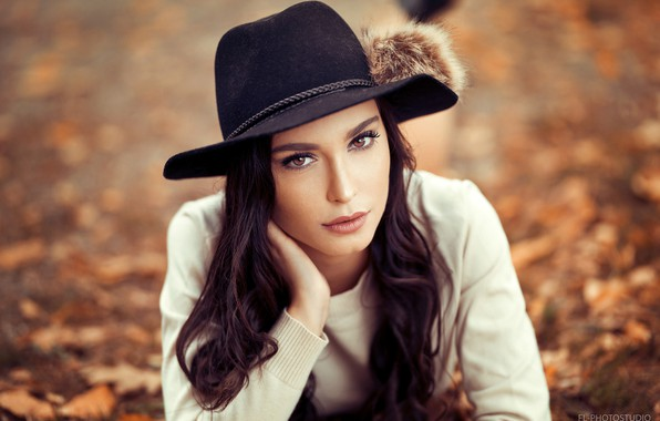 Картинка осень, взгляд, поза, фон, модель, портрет, шляпа, макияж, брюнетка, прическа, красотка, кофта, Marie, боке, Lods …