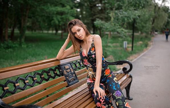 Картинка взгляд, деревья, скамейка, поза, парк, модель, портрет, макияж, фигура, прическа, костюм, шатенка, красотка, сидит, боке, …