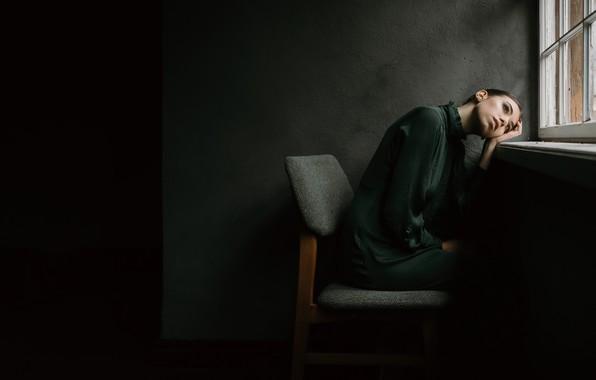 Картинка девушка, поза, настроение, окно, стул, Valentina Macierzewska