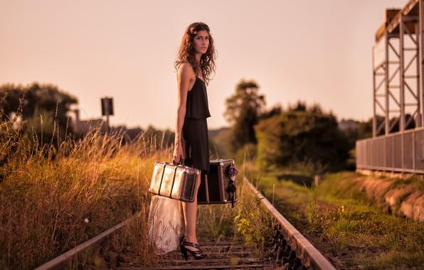 Картинка девушка, железная дорога, чемоданы
