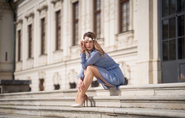 Картинка взгляд, девушка, поза, ноги, туфли, ступени, венок, Justyna, Martin Ecker