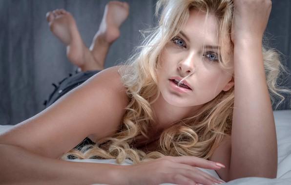 Картинка взгляд, поза, модель, макияж, прическа, блондинка, лежит, красотка, на кровати, боке, Carla, Carla Sonre, Jean-Pierre …