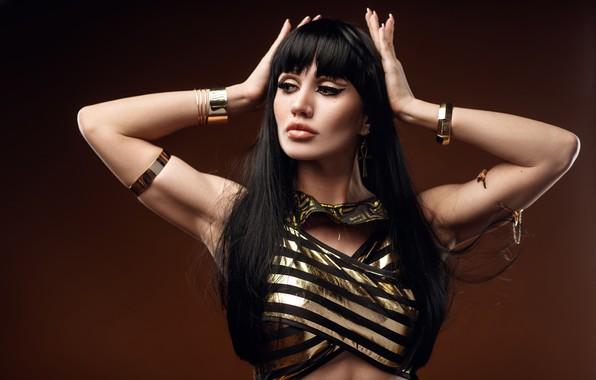 Картинка девушка, поза, стиль, фон, руки, макияж, брюнетка, браслеты, длинные волосы, Клеопатра, Сергей Сорокин