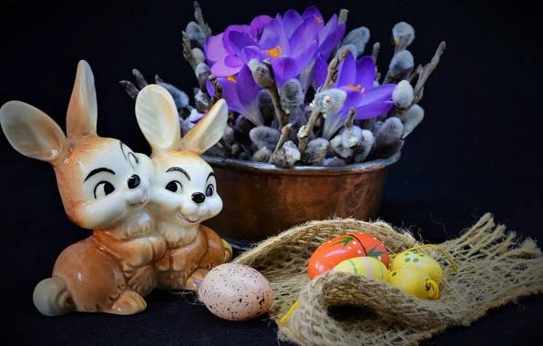 Картинка цветы, ветки, праздник, яйца, Пасха, крокусы, ткань, зайцы, натюрморт, мешковина, верба, фигурка, крашенки, таз