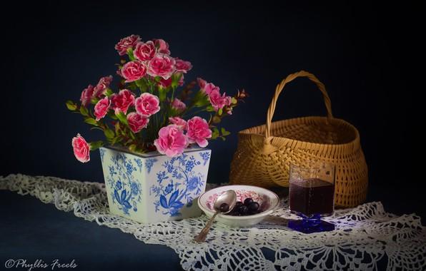 Картинка цветы, стиль, фон, корзина, бокал, натюрморт, салфетка, гвоздики