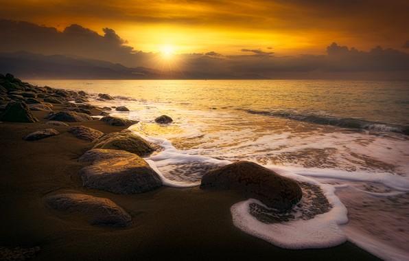 Картинка песок, море, волны, пляж, небо, пена, солнце, облака, лучи, пейзаж, закат, желтый, тучи, камни, рассвет, ...