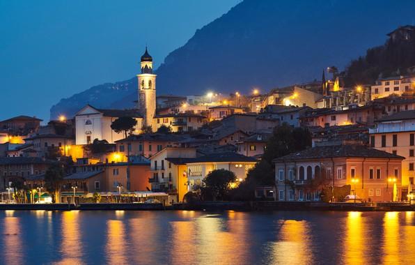 Картинка озеро, здания, дома, Италия, ночной город, набережная, Italy, Ломбардия, Lombardy, Lake Garda, Limone sul Garda, …