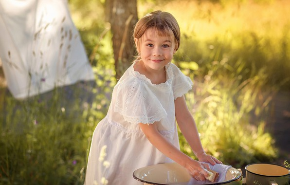 Картинка лето, природа, улыбка, девочка, ребёнок, ковш, стирка, таз, Anna Sapegina