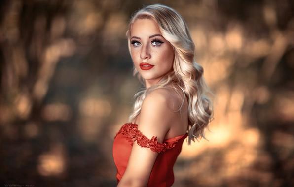 Картинка girl, long hair, dress, photo, photographer, blue eyes, model, bokeh, lips, face, blonde, red dress, …
