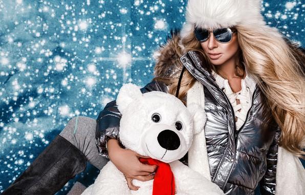 Картинка снежинки, поза, фон, модель, шапка, новый год, портрет, сапоги, очки, куртка, прическа, мишка, блондинка, боке
