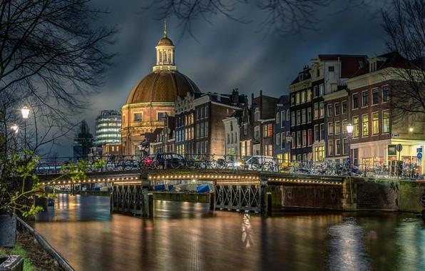 Картинка мост, город, река, здания, дома, вечер, освещение, Амстердам, церковь, купол, велосипеды, Голландия, Chiel Koolhaas