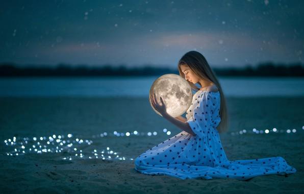 Картинка песок, небо, девушка, луна, вечер, платье, боке