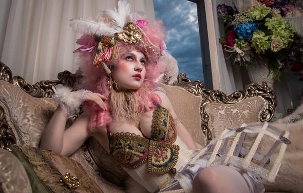 Картинка грудь, взгляд, девушка, украшения, цветы, лицо, поза, стиль, ретро, комната, диван, букет, перья, макияж, окно, …