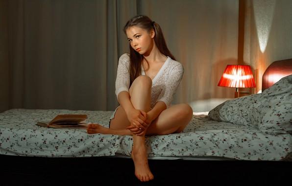 Картинка свет, поза, модель, лампа, портрет, подушки, макияж, прическа, постель, блузка, книга, косички, шатенка, ножки, красотка, …