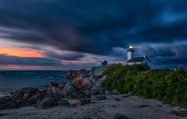 Картинка песок, море, свет, ночь, тучи, огни, камни, ветер, берег, маяк, атмосфера, домик, сумерки, кусты, валуны, …