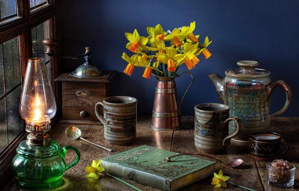 Картинка цветы, стиль, лампа, букет, книга, кружки, натюрморт, нарциссы, кофемолка, кофейник