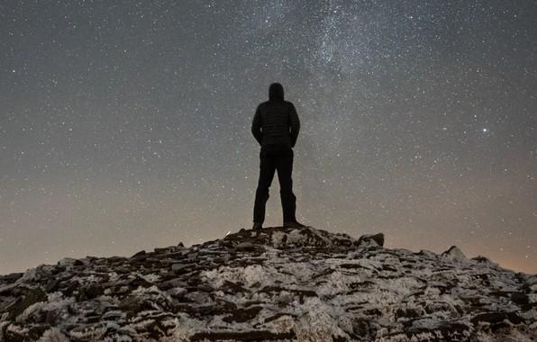 Картинка человек, силуэт, холм, вершина, смотрит, звёздное небо