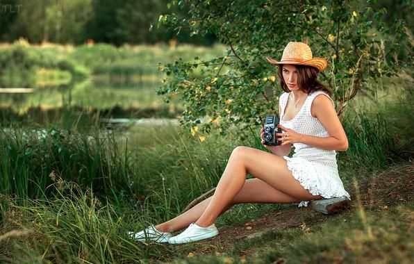 Картинка трава, деревья, поза, модель, кеды, портрет, шляпа, камера, макияж, фигура, платье, прическа, шатенка, ножки, сидит, …