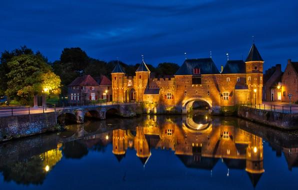 Картинка небо, ночь, мост, отражение, здание, дома, фонари, крепость, Нидерланды, night, tree, Netherlands, водный канал, Амерсфорт, …
