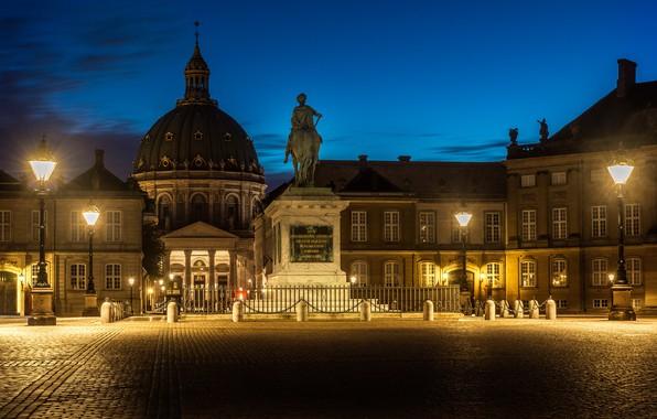Картинка ночь, город, огни, здания, Дания, площадь, фонари, памятник, церковь, всадник, скульптура, архитектура, Копенгаген