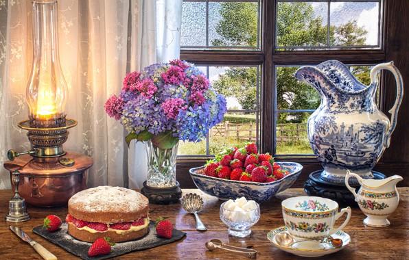 Картинка цветы, стиль, ягоды, лампа, букет, окно, клубника, кружка, чашка, торт, сахар, кувшин, натюрморт, гортензия