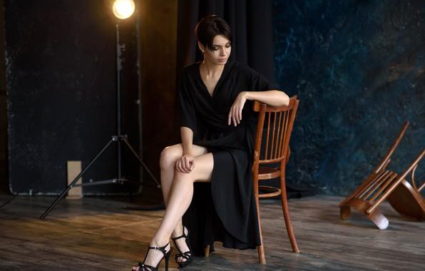 Картинка секси, поза, модель, лампа, стулья, портрет, макияж, фигура, платье, брюнетка, прическа, туфли, ножки, красотка, сидит, …