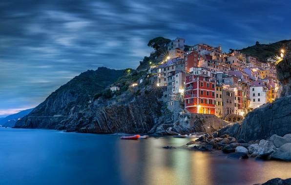 Картинка море, город, скалы, дома, вечер, освещение, Италия, Italy, Riomaggiore, Риомаджоре, Cinque Terre, Чинкве-Терре