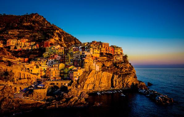 Картинка море, небо, свет, горы, город, синева, камни, скалы, берег, здания, дома, лодки, вечер, Италия, на …