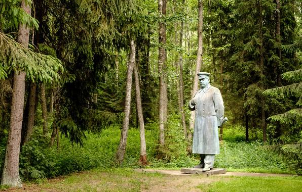 Картинка деревья, памятник, скульптура, Сталин, Литва, Lithuania, Grūtas Park, Памятник Сталину, Друскининкай, Druskininkai, Парк Грутас