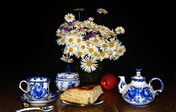 Картинка цветы, стол, яблоко, ромашки, ложка, чашка, ваза, черный фон, натюрморт, сдоба, блюдце, заварник